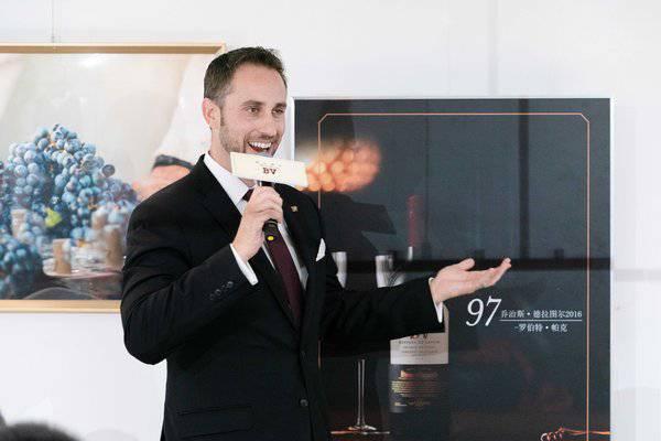 璞立酒庄总经理兼首席酿酒师特雷弗-德林 Trevor Durling 先生讲话